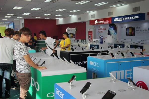 pelanggan bebas untuk mencuba display unit