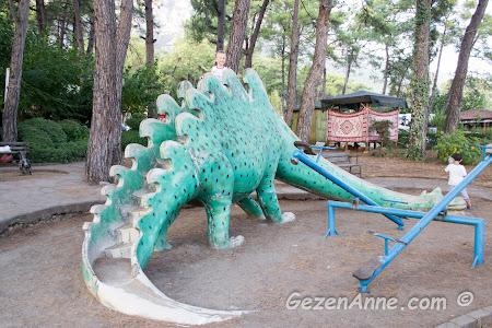 Akyaka merkezindeki dinozorlu park