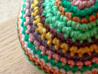 hæklet bold med striber, crocheted ball with stripes