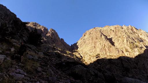 A droite, entre le sommet de la Taïta et Meta di Filu, accessible par un ravin-dièdre, le col de Bocca di Filu