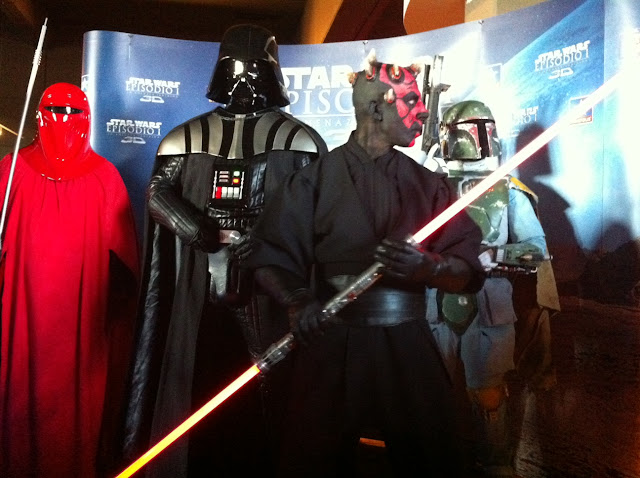 Darth Vader y Boba Fett acompañando a Darth Maul