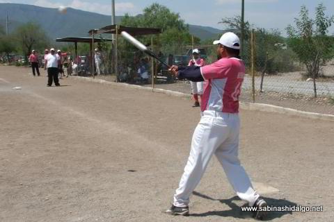 Damián Perales bateando por Ex Amor SHH en el softbol del Club Sertoma