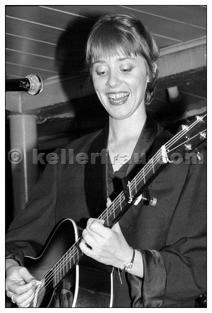 Suzanne Vega live 1985 - photo by Moni Kellermann