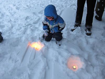 свечки на снегу