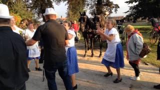 Szüreti felvonulás visszaérkezés a faluház elé Jákóban