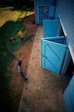 Niños de la comunidad juegan durante la actividad.