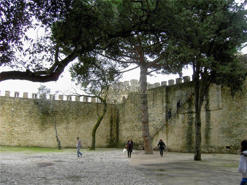 Внутренний двор Замка Святого Георгия