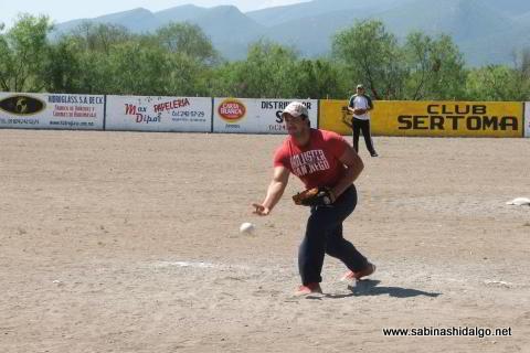 Carlos González lanzando por Ponchados en el softbol del Club Sertoma
