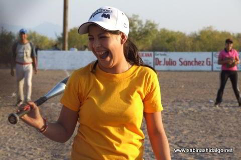 Diddy Rentería de Chicas Sertoma en el softbol femenil