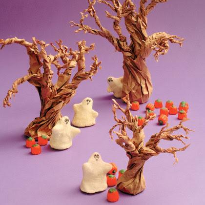 Árboles hechos con bolsas de papel. Los fantasmas y las calabazas están hechos con pasta de sal