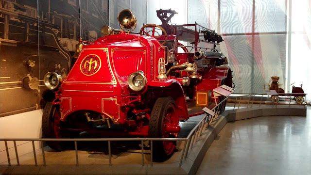 Пожарная машина 1918 года. Америка на колесах - музей антикварных автомобилей в Аллентауне, Пенсильвания (America on Wheels, Allentown, PA)