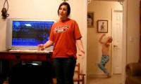 طفل يرقص وراء اخته