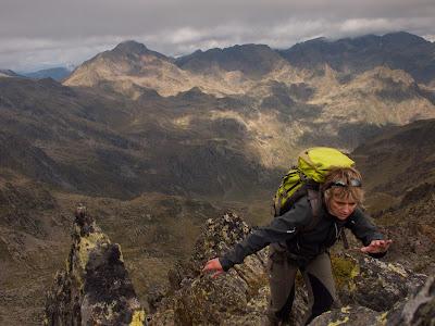 Grimpant per la cresta, amb la Pica Roja i la vall de Solcèn al fons