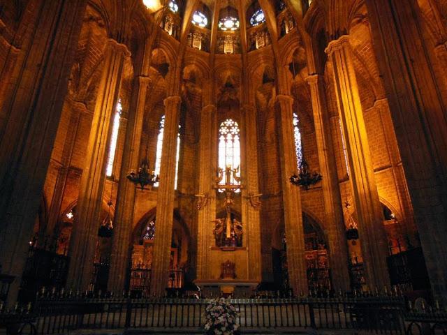 72 horas en barcelona dia 1 catedral basilica de santa for Interior de la catedral de barcelona