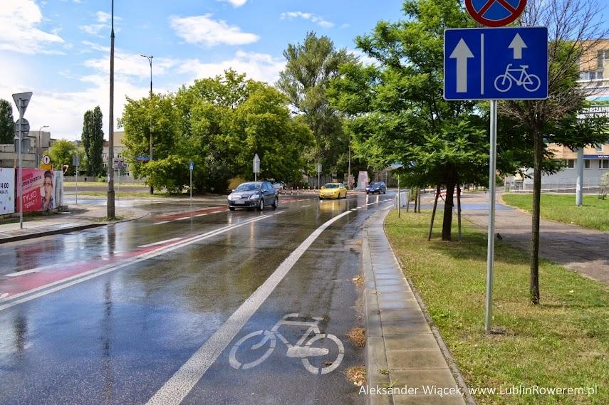 """Na ulicy Markowskiej wyznaczono pasy ruchu dla rowerów, które oznakowano w ten prosty sposób. Sam pas nie jest malowany na czerwono, ten kolor widnieje tylko w miejscach """"kolizyjnych""""."""