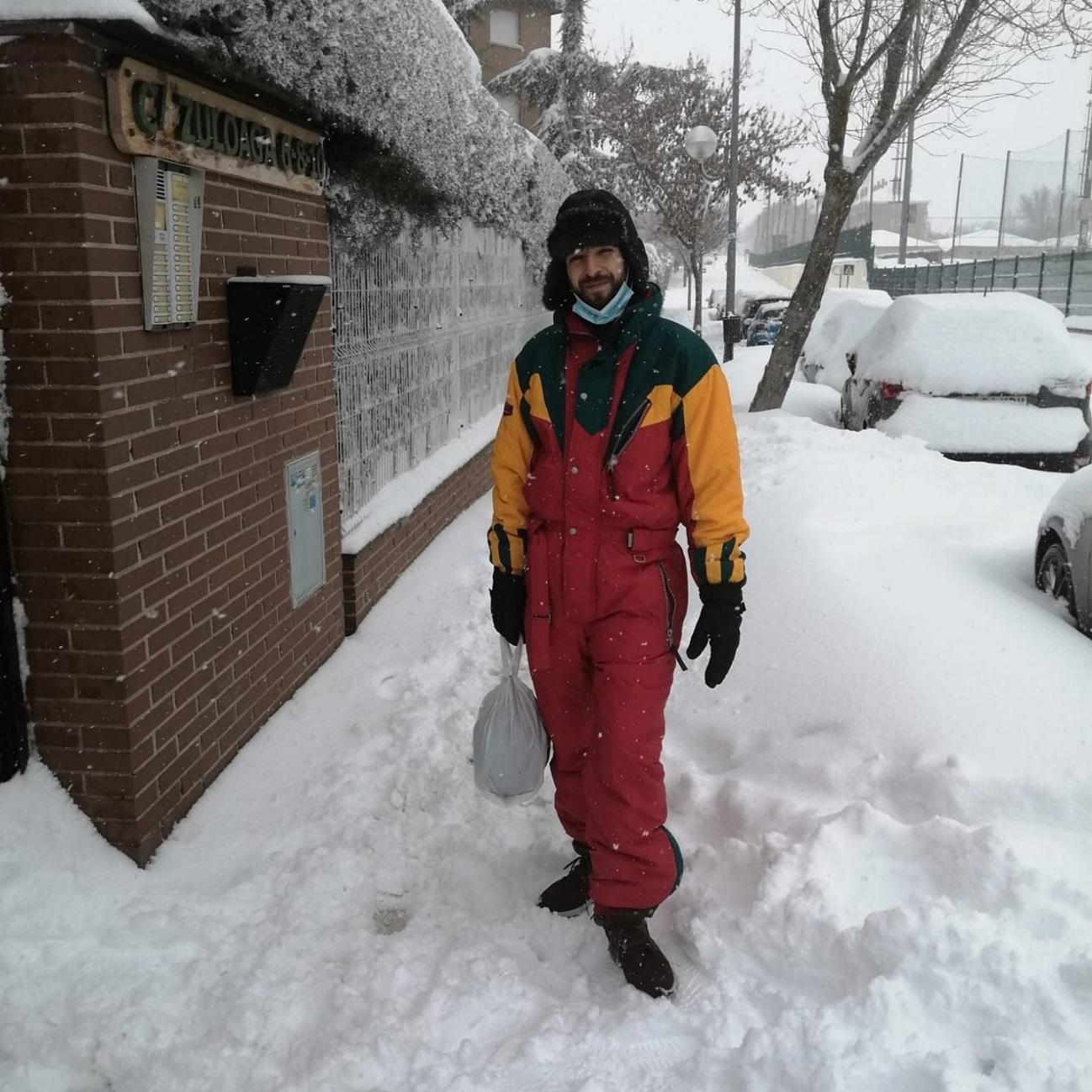 Puede ser una imagen de una persona, de pie, ropa de abrigo y nieve