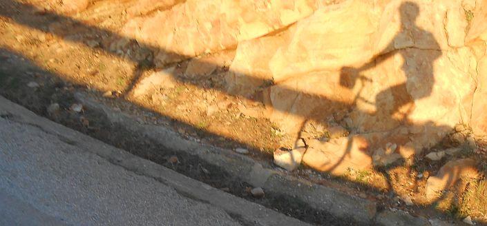 Fahrrad-Schattenspiele im Abendlicht am Cap Spartel