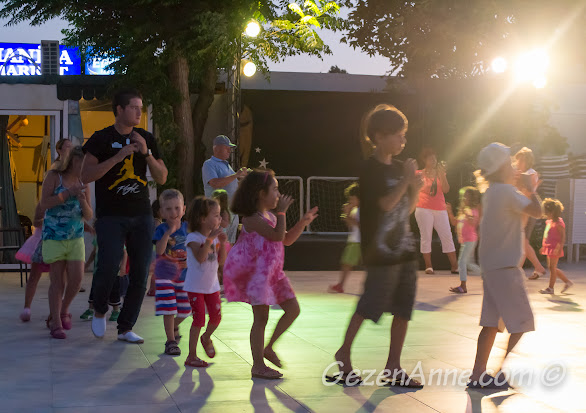 Bodrum, Petunya Beach Resort'ta mini club'ta dans ederken