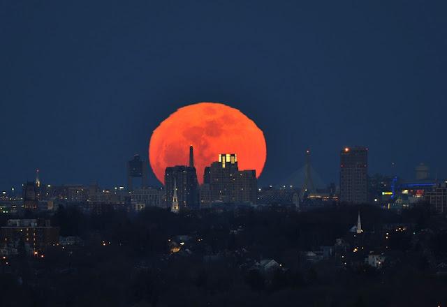 Fotografía de la Luna gigante en Boston,(EEUU) - 2011