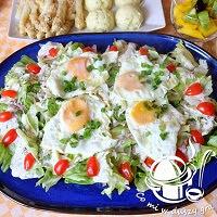 jaja sadzone na sałatce- danie obiadowe