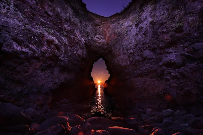 鬼の足跡の穴の中へ差し込む夕日4
