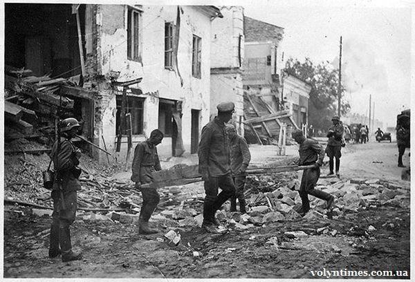 Військовополонені Шталагу 360/Z працюють на зруйнованих вулицях Луцька