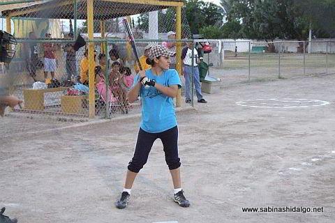 Cecilia Chacón bateando por La Raza en el softbol femenil