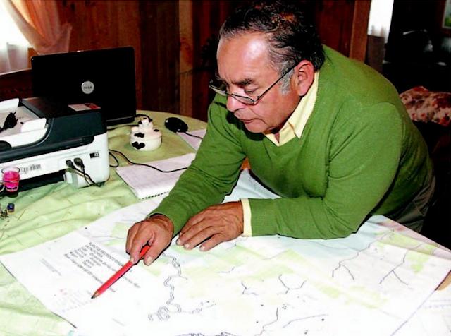 Raúl Gallardo muestra el plano donde se detallan las 3.600 hectáreas que incluye el terreno de explotación del proyecto minero