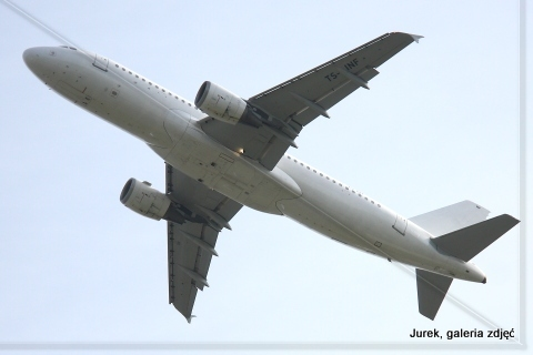Airbus A320-212.