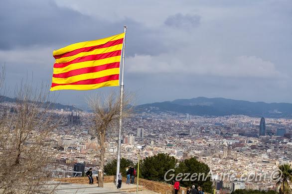 Montjuic kalesinden Katalonya bayrağı eşliğinde Barselona manzarası