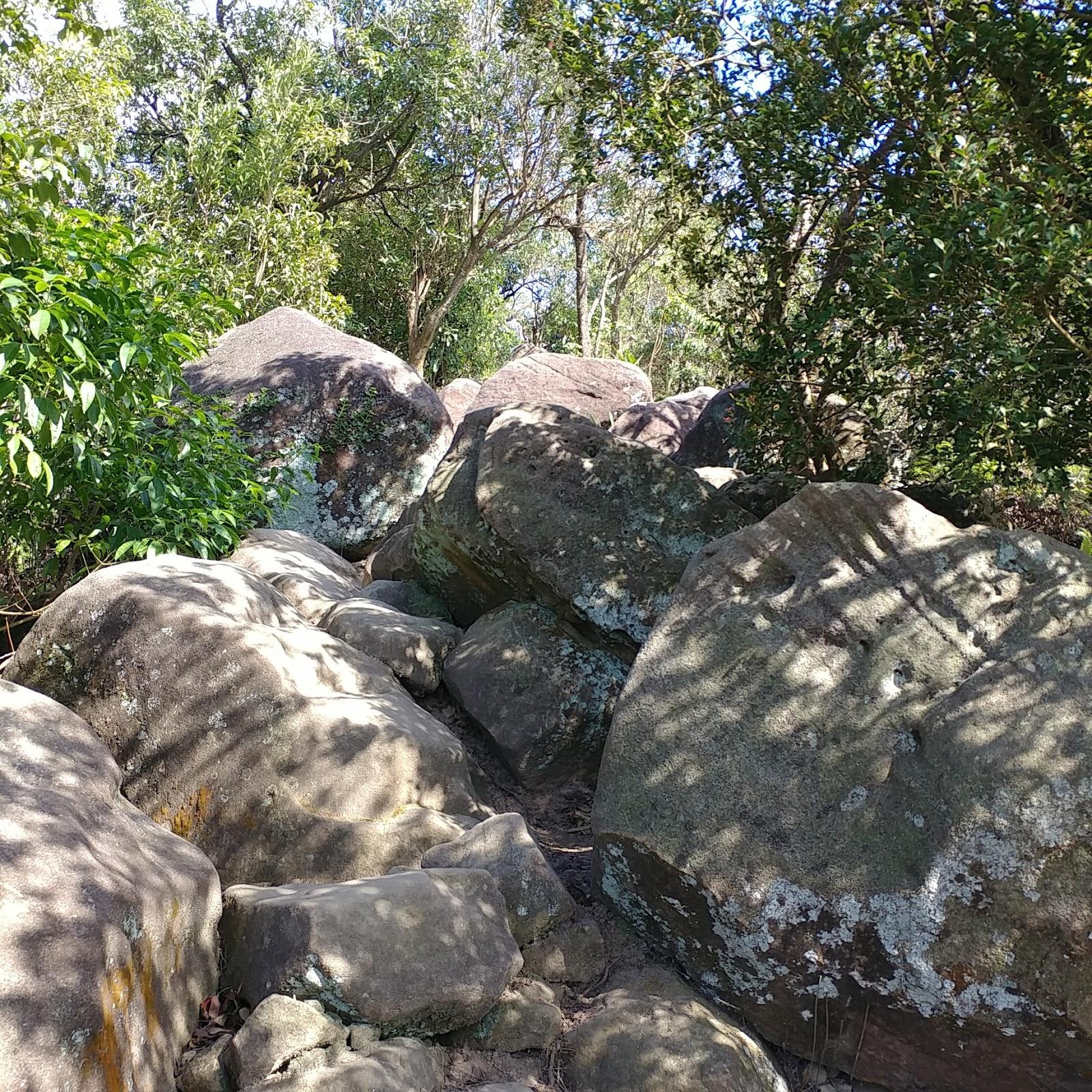 巨大岩壁區