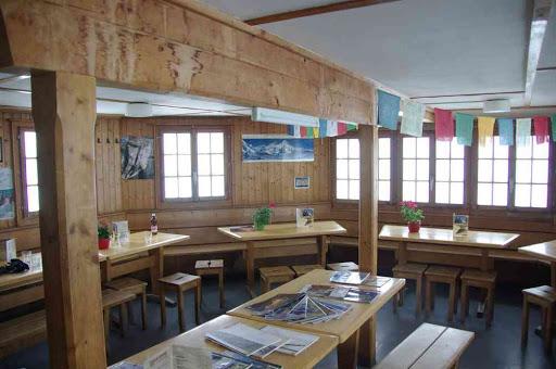 La salle à manger de la cabane de Bertol : drapeaux à prières et poster de l'Everest, sans doute pour faire couleur locale ?