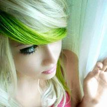 Cabelo loiro com mecha verde