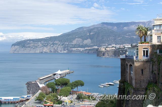 Sorrento merkezinden liman manzarası, Güney İtalya