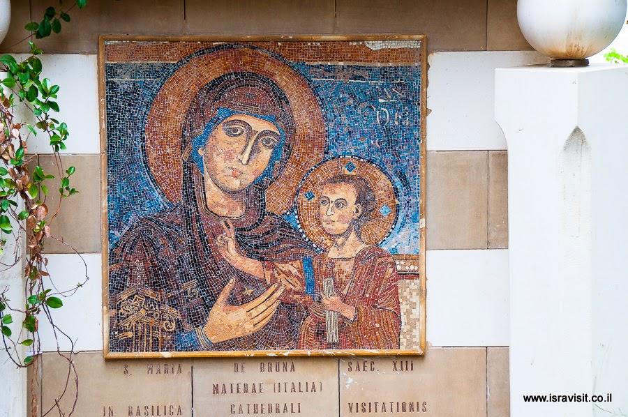 Дева Мария с младенцем. Мозаика в церкви Посещения.