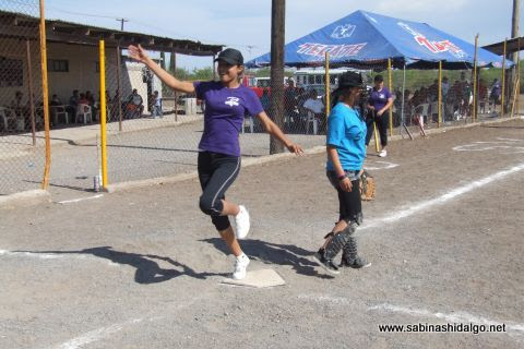 Anotando carrera en el softbol femenil del Club Sertoma
