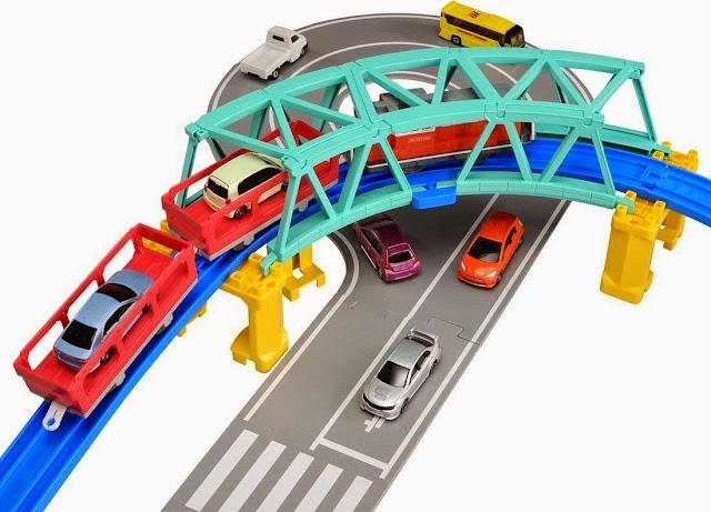 Chiếc Cầu trên cao có trong Bộ Tàu hỏa Plarail kết hợp với đường bộ Tomica