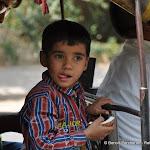 Un enfant se régale de sa noix de coco achetée à un feu rouge, Delhi