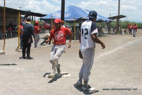 Reyes Hernández de Diablos anota en el softbol del Club Sertoma