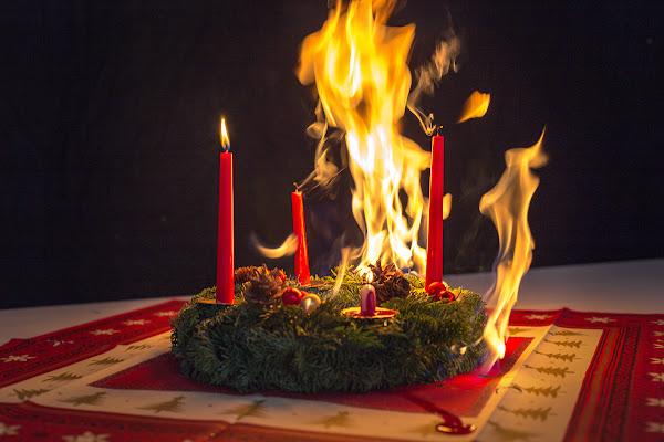 Brennende Kerzen in der Nacht