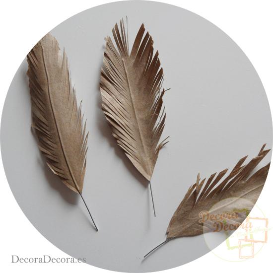 Hacer plumas de papel.