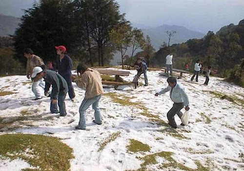 Turistas en El Pital sobre la nieve