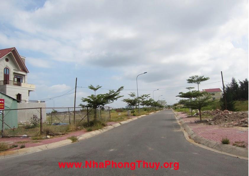 Đường nội bộ quẹo phải vào lô đất từ đường Lê Văn Lộc. Bên trái là căn biệt thự mới xây