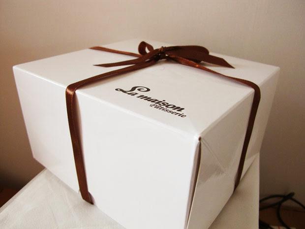 帶蛋糕回家囉~~外包裝如同店面一般簡潔而優雅。-台中蛋糕店梅笙蛋糕工作室La Maison