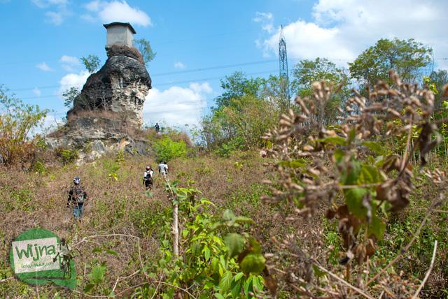 Orang-orang penasaran mencari jalan untuk mendaki bukit Omah Dhemit di Jimbung, Klaten, Jawa Tengah