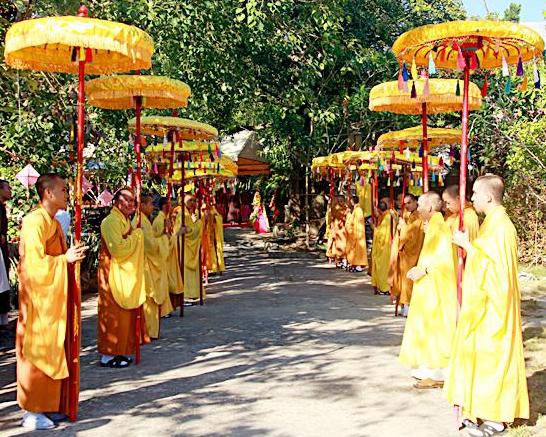 Lễ Phật Đản trang nghiêm và những hình ảnh chướng mắt