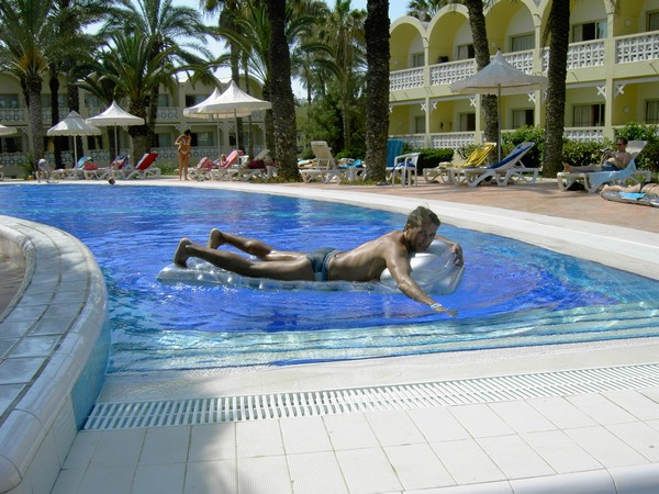 Пляжный отдых у бассейна