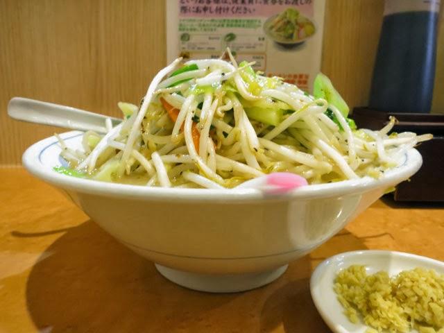 丼を横から見ると野菜がてんこ盛り盛り状態