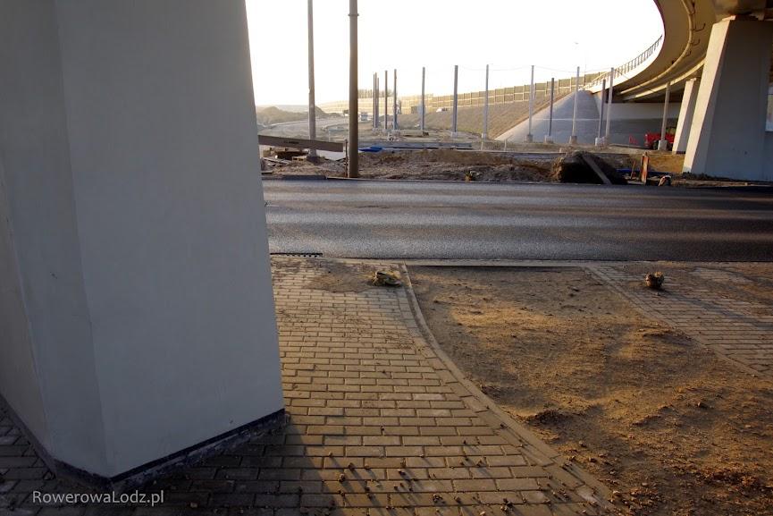 A tu obok tego filara wciśnijmy drogę dla rowerów.