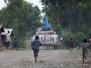 Des enfants en train de suivre des véhicules des casques bleus en patrouille au Nord-Kivu (Photo Myriam Asmani)